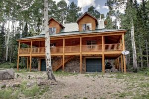Exterior of Whispering Pines Lodge in Southern Utah
